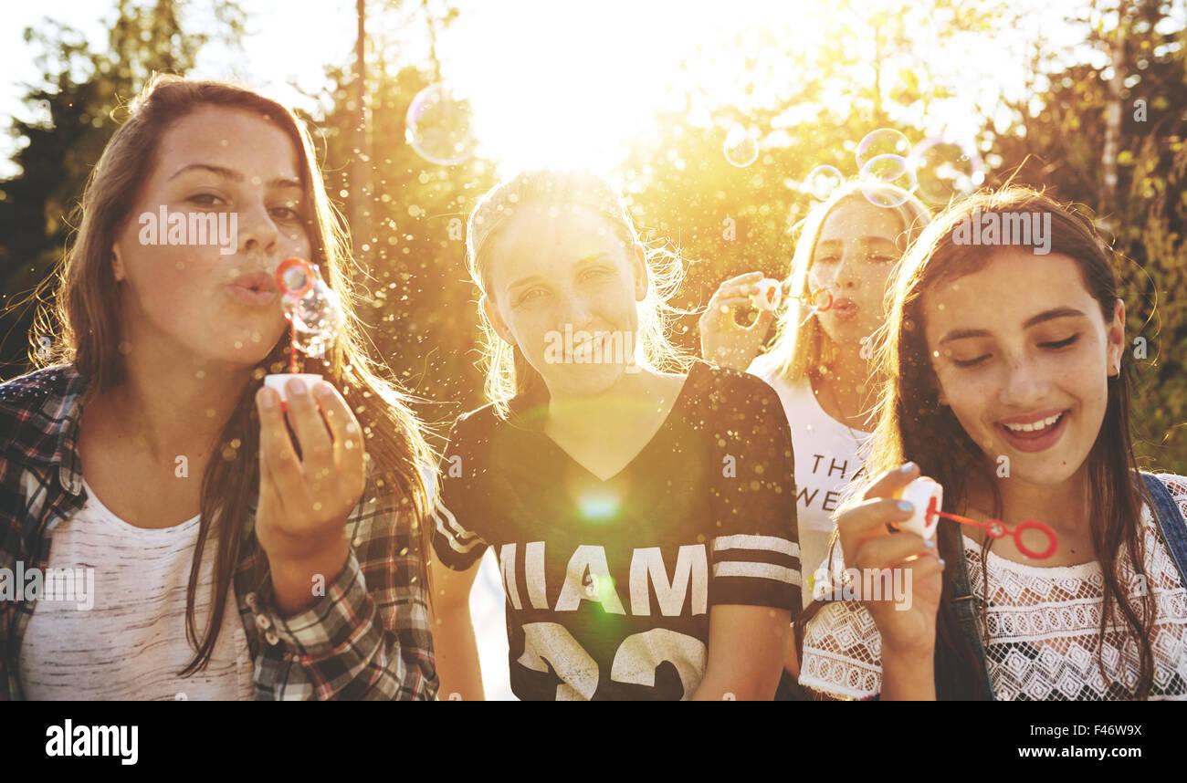 Clsoeup del gruppo di adolescenti al di fuori su di un giorno di estate Immagini Stock