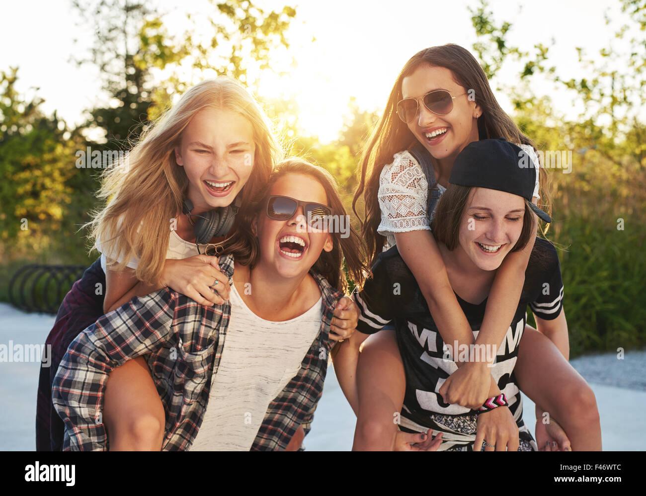 Amici appendere fuori in un giorno di estate Immagini Stock