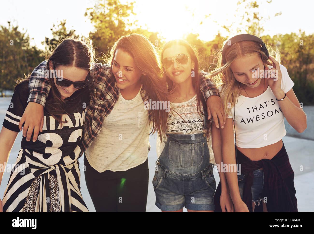 Gruppo og ragazze adolescenti camminando per le strade e ridere Immagini Stock