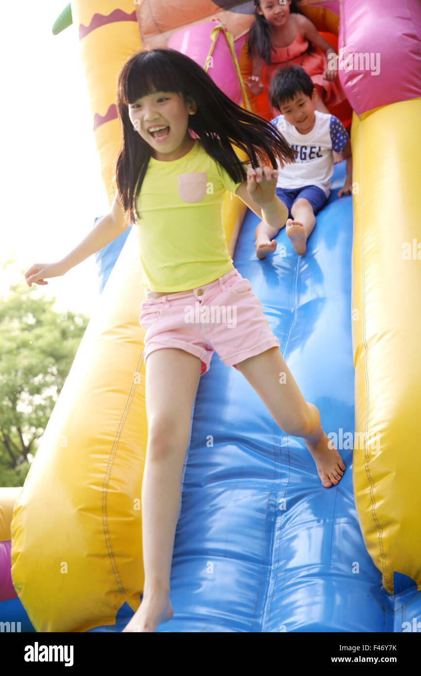 Bambini al parco divertimenti Immagini Stock