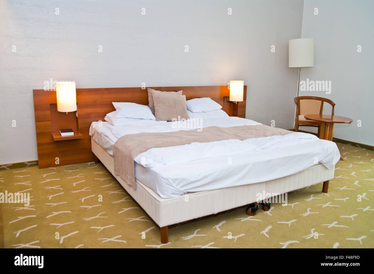 Grande letto per rilassarsi rilassarsi dormire, hotel moderno camera. Immagini Stock