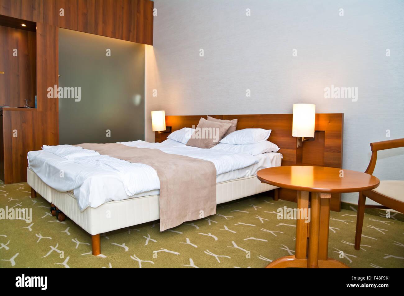Grande letto per raffreddare il sonno relax; camera bellissima. Immagini Stock