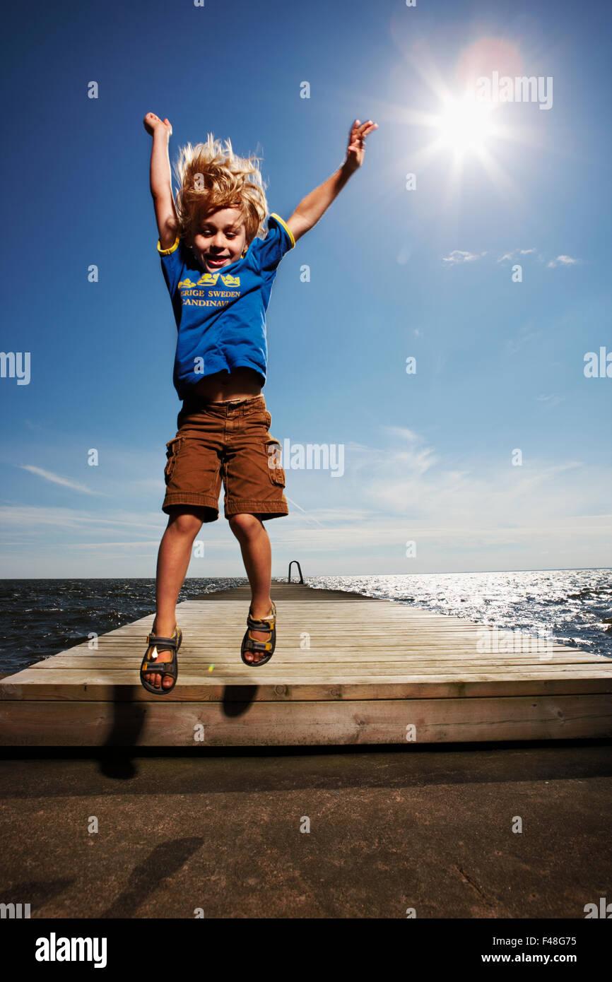 Ragazzo su un molo, Svezia. Immagini Stock