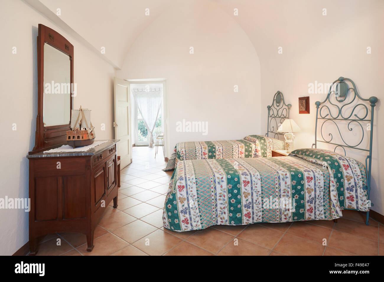 Testata Letto Con Porta Vecchia vecchia camera da letto con due letti singoli in antico