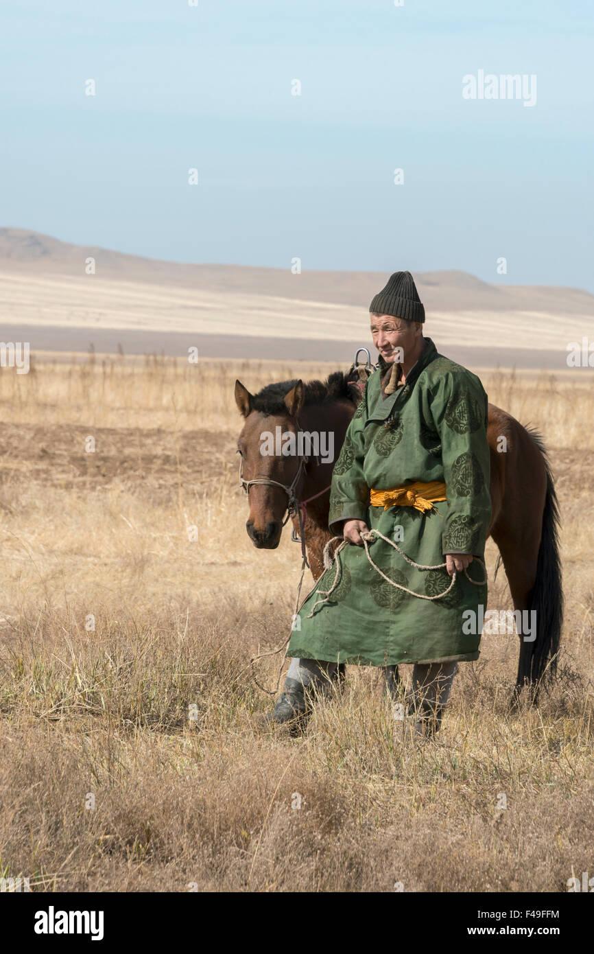 La capra herder e il suo cavallo vicino Hustai National Park, Mongolia Immagini Stock