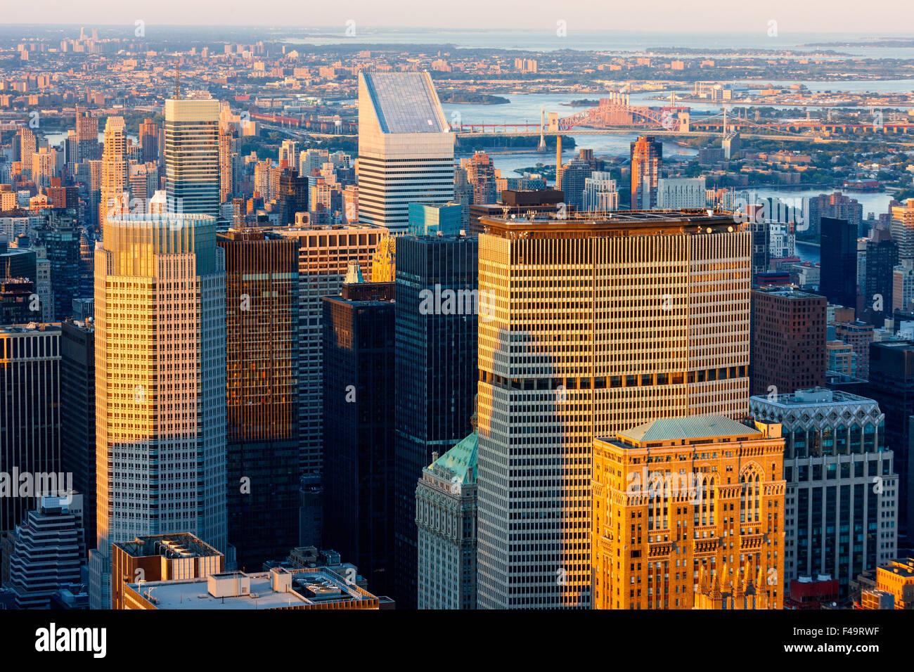 Vista aerea del centro cittadino di Manhattan grattacieli al tramonto. New York skyline della citta'. Stati Immagini Stock