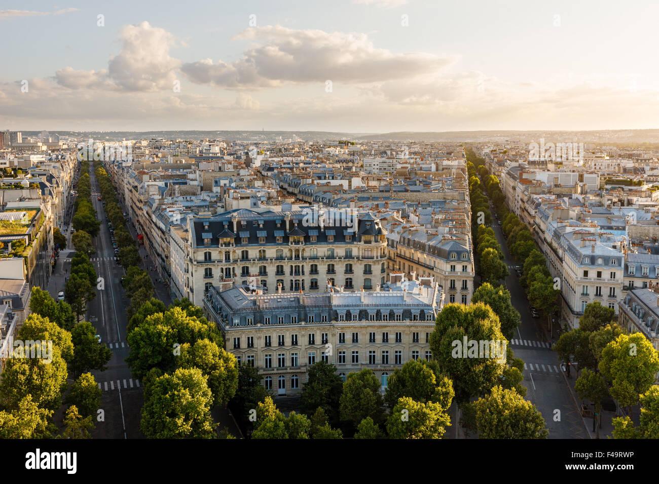 Vista aerea del XVI arrondissement di Parigi, Francia. Vista in stile Haussmanniano edifici e tetti tardo pomeriggio Immagini Stock