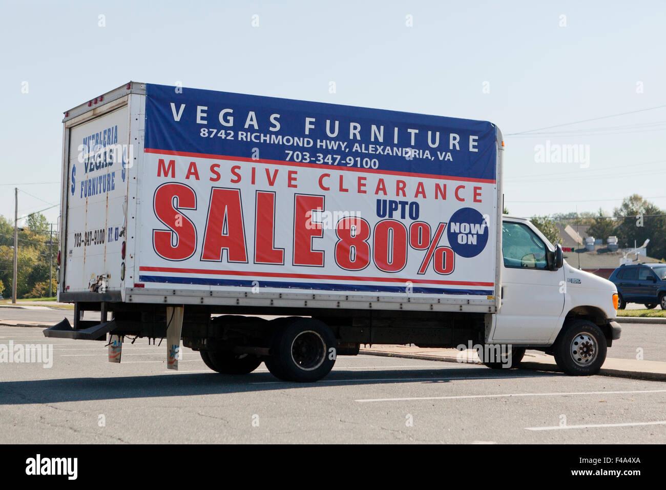 Vendita di mobili segno sul lato della scatola carrello - Alexandria, Virginia, Stati Uniti d'America Immagini Stock