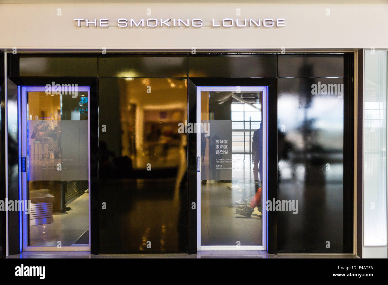 Sala Fumatori Aeroporto Palermo : Smoking booth immagini & smoking booth fotos stock alamy