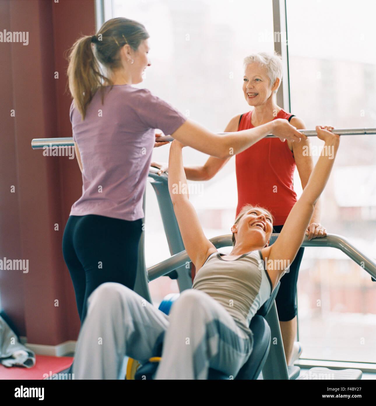 20-24 anni 70-74 anni 75-79 anni di attività solo adulti atleta bodybuilding immagine a colori donna anziana Immagini Stock