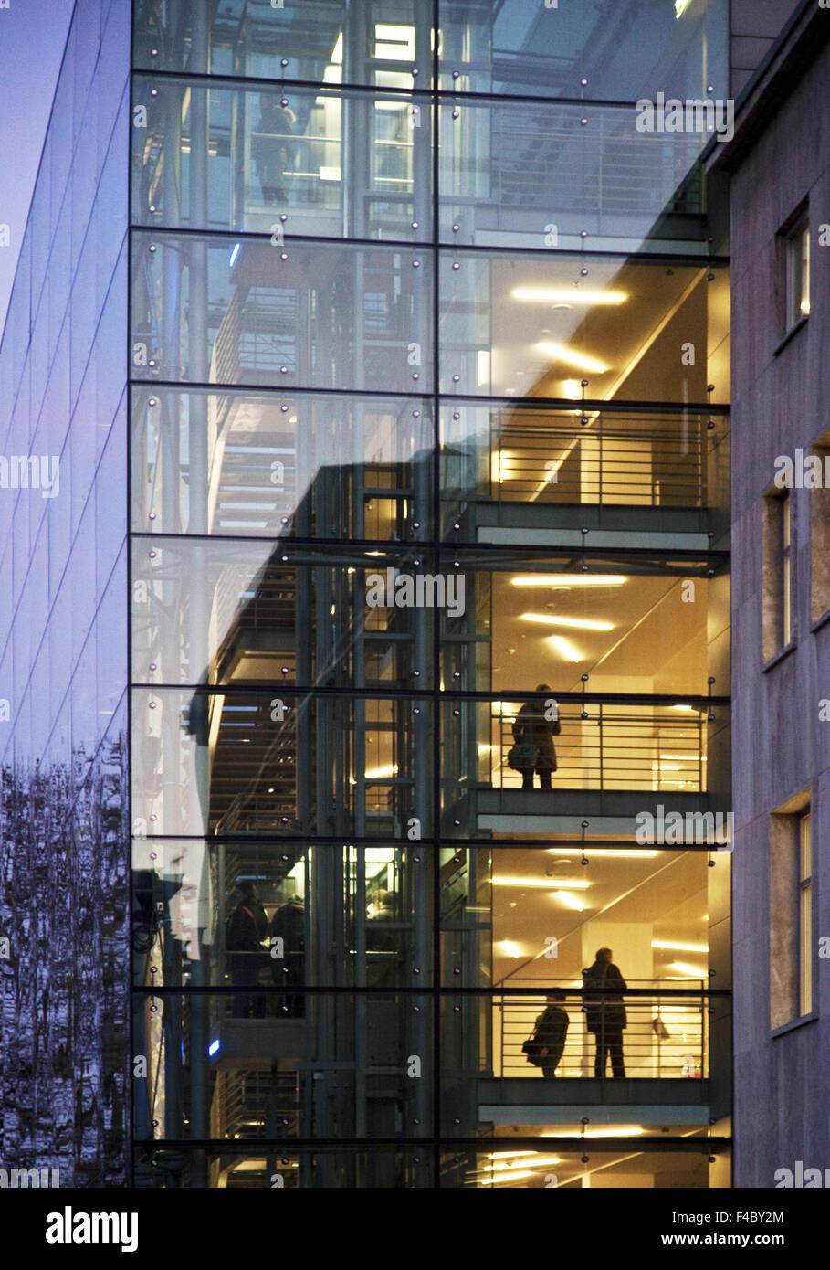 Persone in architettura moderna, Essen, Germania Immagini Stock