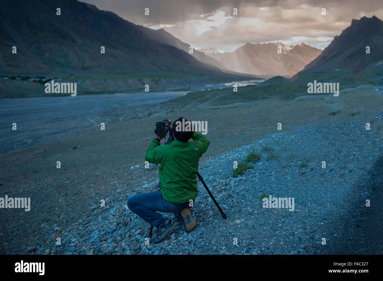 Fotografo è fotografare atmosfera serale in Spiti valley Immagini Stock
