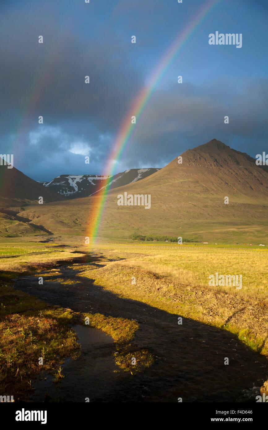 Sera rainbow oltre la valle Heradsvotn, Varmahlid, Skagafjordur, Nordhurland Vestra, Islanda. Immagini Stock