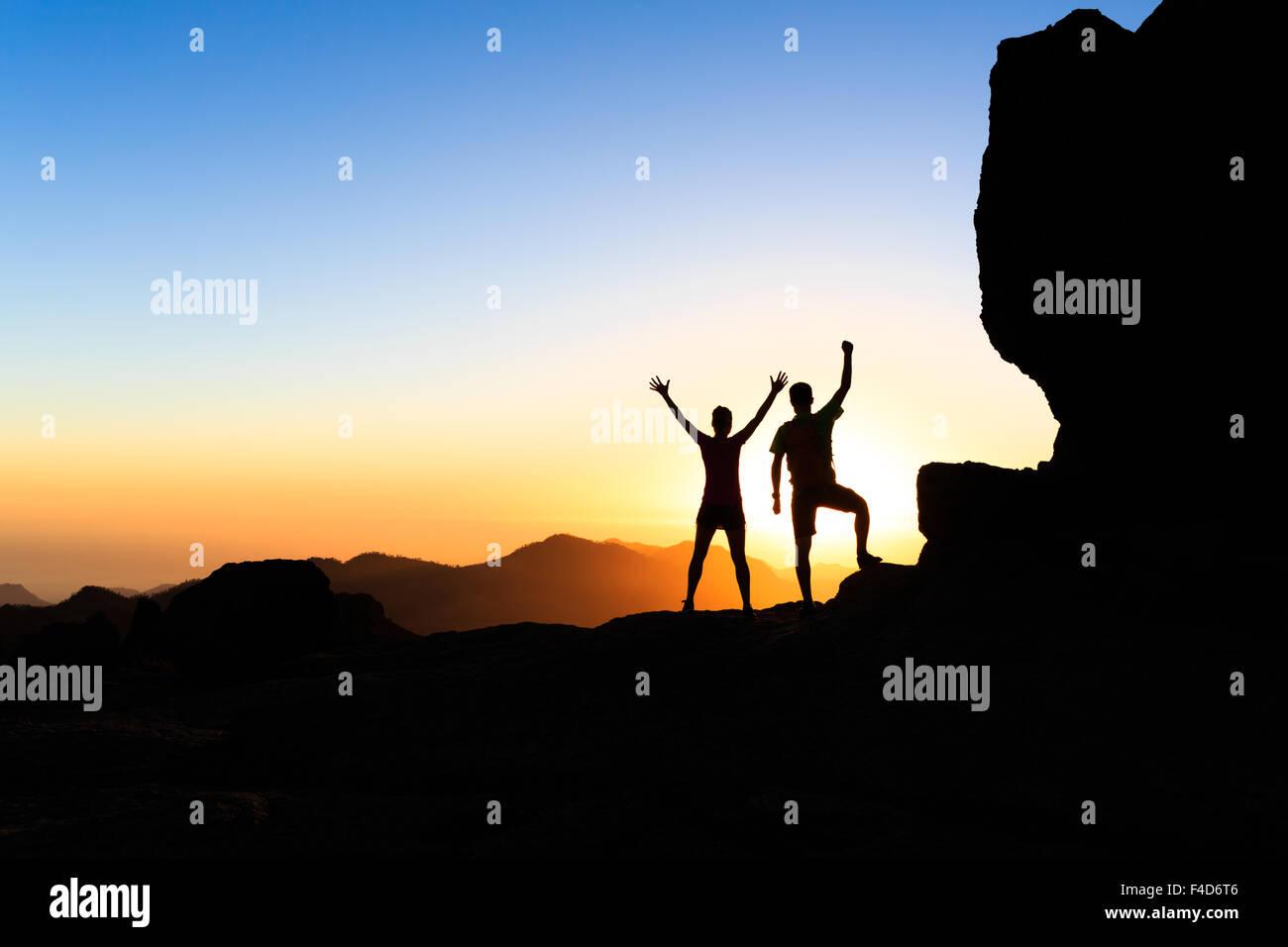 L uomo e la donna gli escursionisti trekking in montagna estate, realizzare con le braccia aperte. Coppia felice Immagini Stock