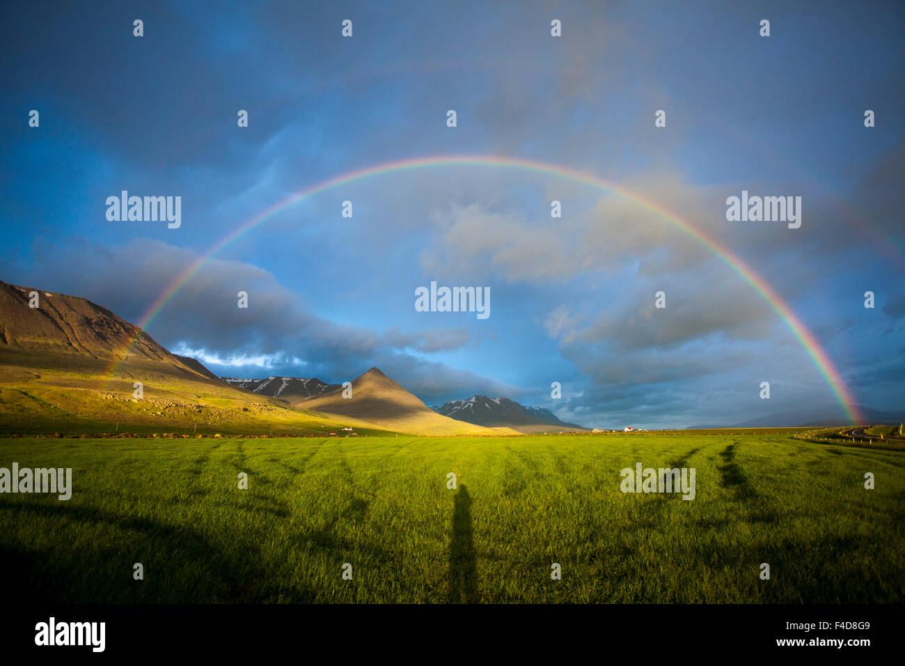 Sera rainbow oltre la valle Heradsvotn, Skagafjordur, Nordhurland Vestra, Islanda. Immagini Stock
