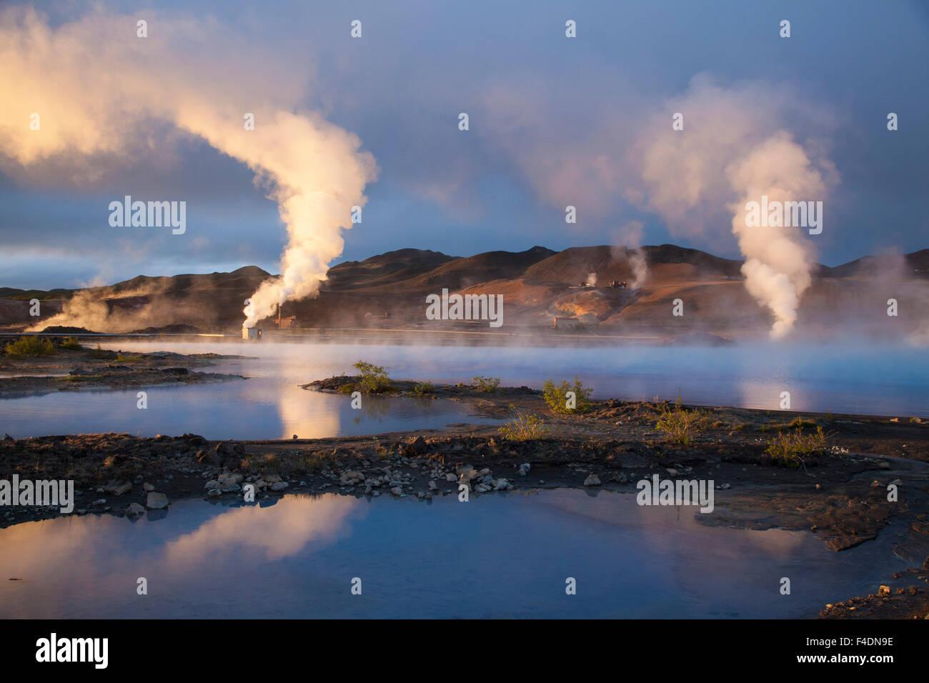 La luce del tramonto su Bjarnarflag stazione elettrica geotermica, Myvatn, Nordhurland Eystra, Islanda. Immagini Stock