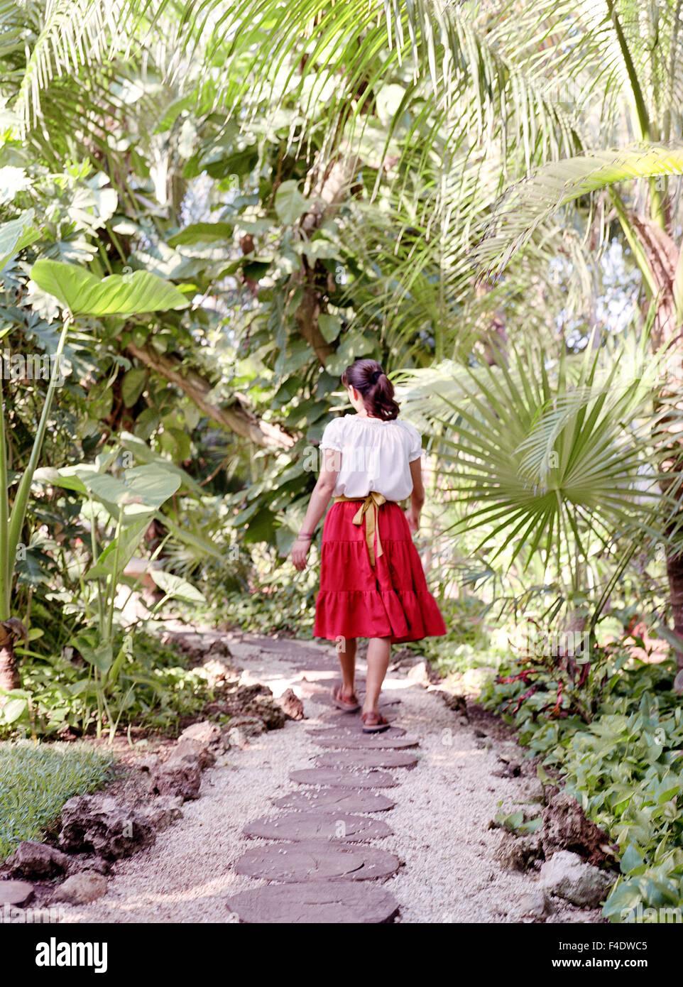 Un membro del personale a piedi giù per un sentiero a Maroma Spa e Resort. Riviera Maya,Yucatan, Messico. Immagini Stock