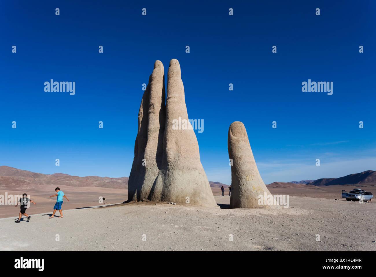 Il Cile, Antofagasta, mano del Desierto scultura di Mario Irarrazaval, 1992. Immagini Stock