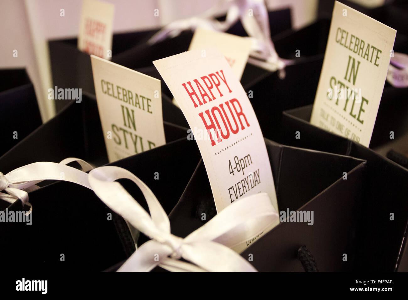 Sacchetto di caramelle di un Bar con happy hour e celebrare in grande stile segni spuntavano Immagini Stock