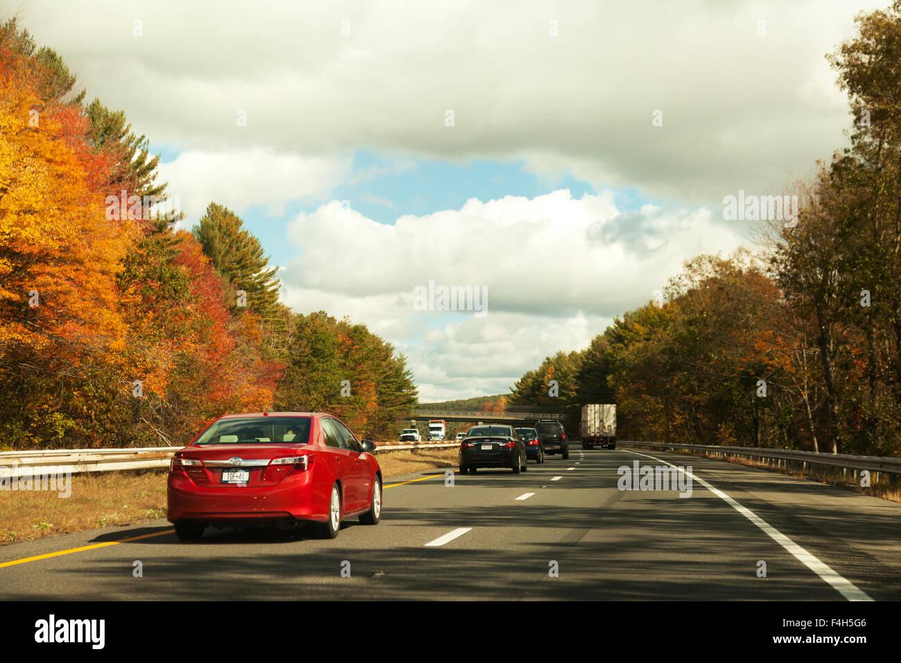 Cars driving sulla Interstate 90 ( I-90 ) l'autostrada o superstrada, noto anche come il Mass Pike, Massachusetts, Immagini Stock