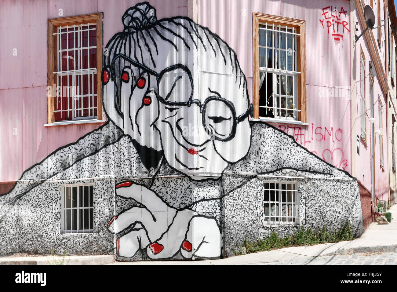 VALPARAISO, Cile - 29 ottobre 2014: Graffiti di una donna anziana viene spruzzato su una facciata di edificio in Immagini Stock