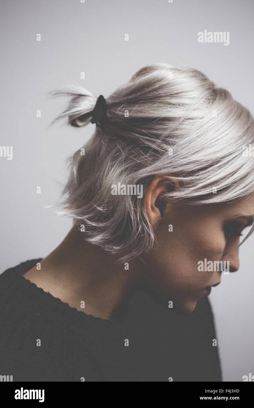 Contemporanea ragazza hipster con argento capelli grigi Immagini Stock