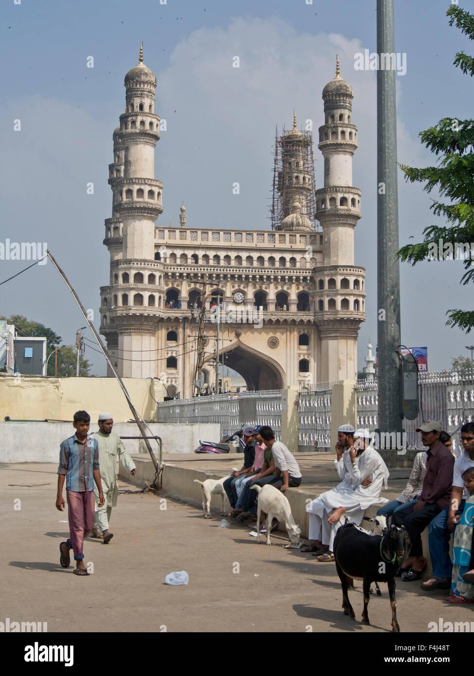 I visitatori a La Mecca Masjid moschea in Hyderabad, Telangana, India, Asia Immagini Stock