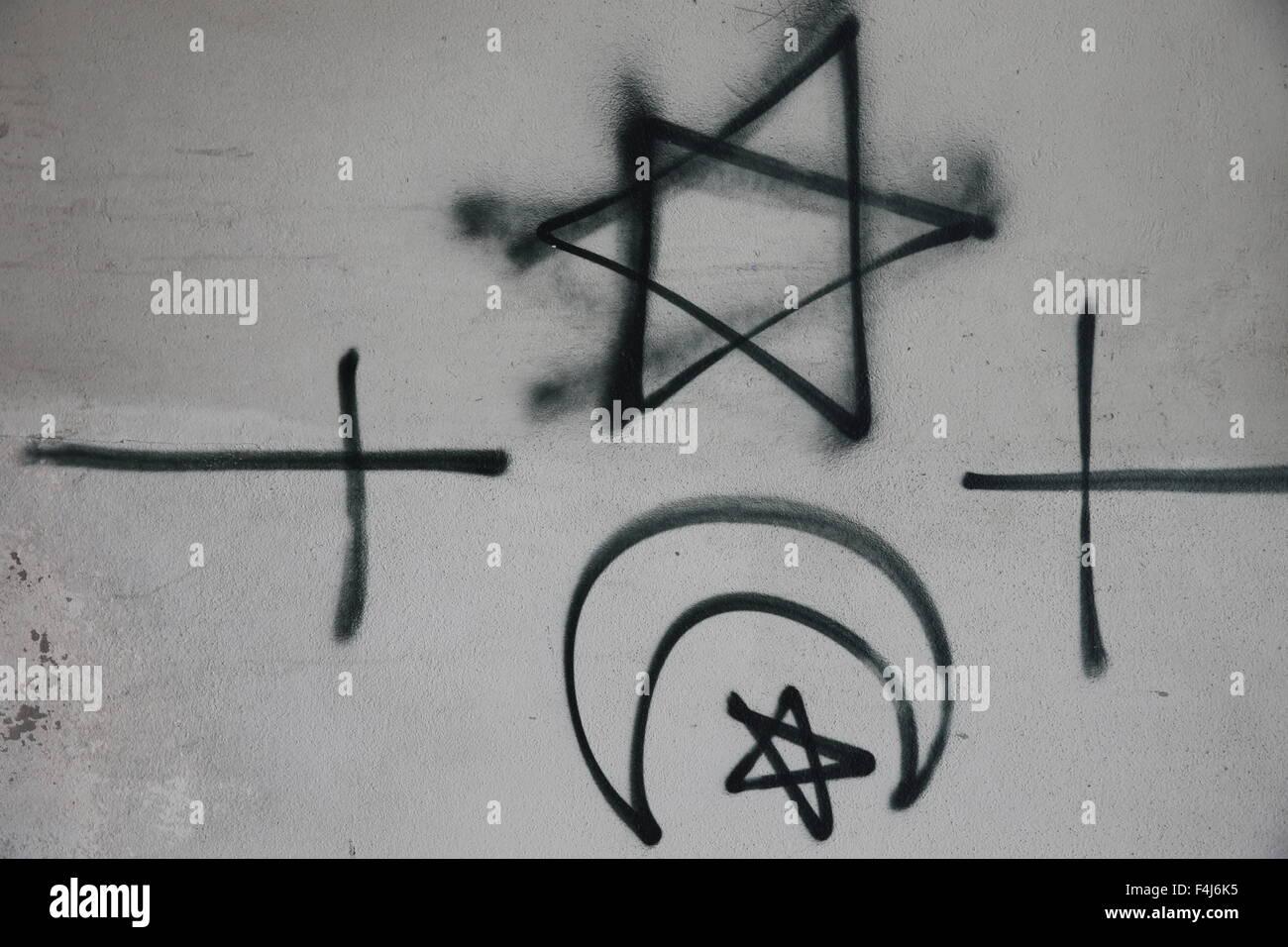 Simboli religiosi contrassegnate su una parete, Montrouge, Hauts-de-Seine, Francia, Europa Immagini Stock