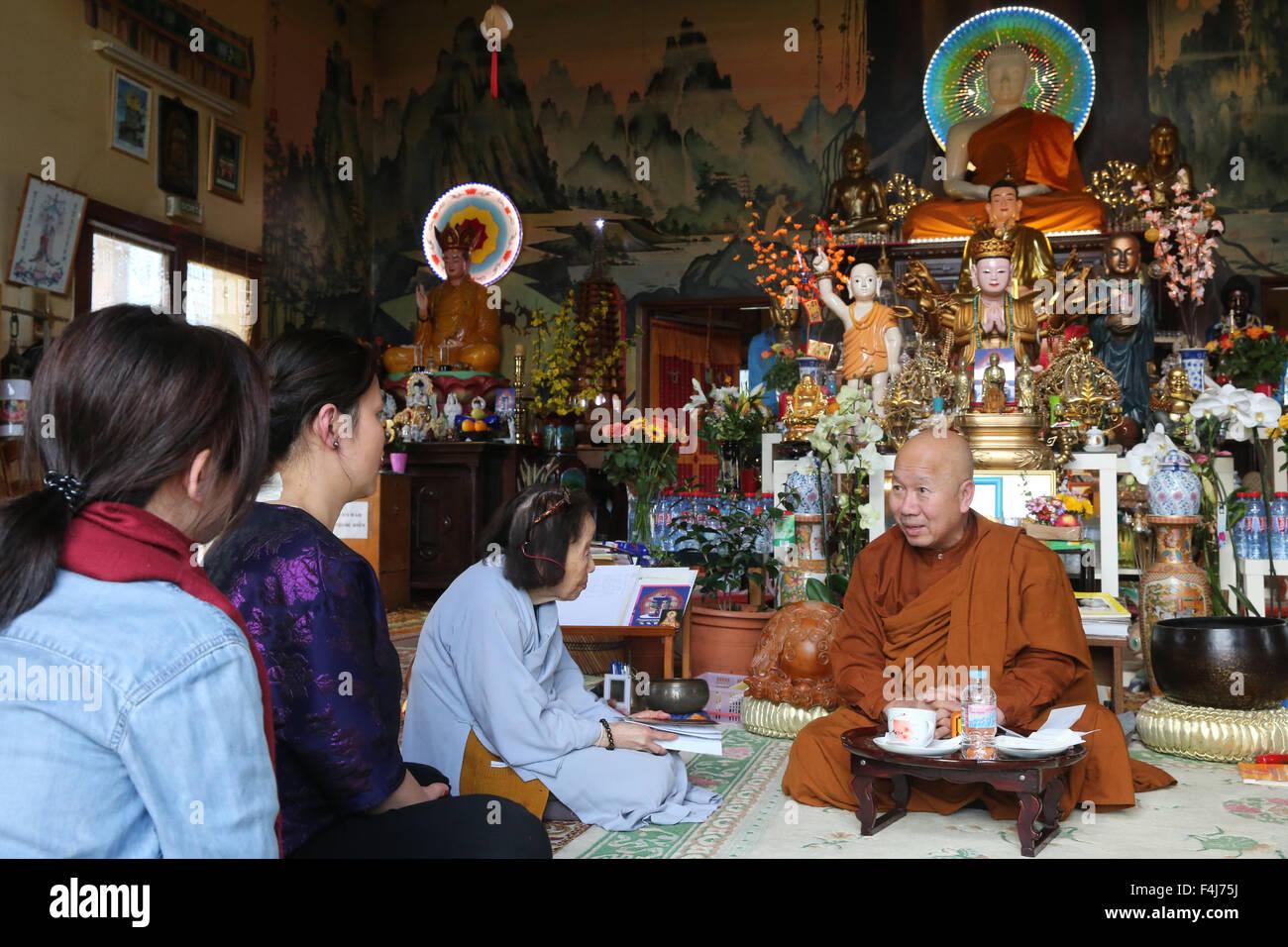 Il Buddismo di apprendimento con un monaco, Tu un tempio buddista, Saint-Pierre-en-Faucigny, Alta Savoia, Francia, Immagini Stock