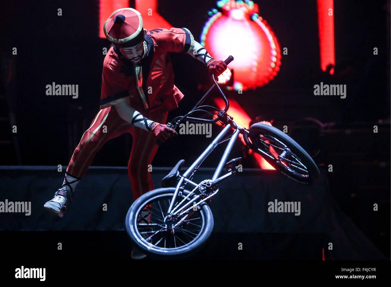 Mosca, Russia. Xix oct, 2015. Un giocatore fa una bicicletta BMX stunt in K.U.K.L.A spettacolo presso il Grand Moscow Immagini Stock