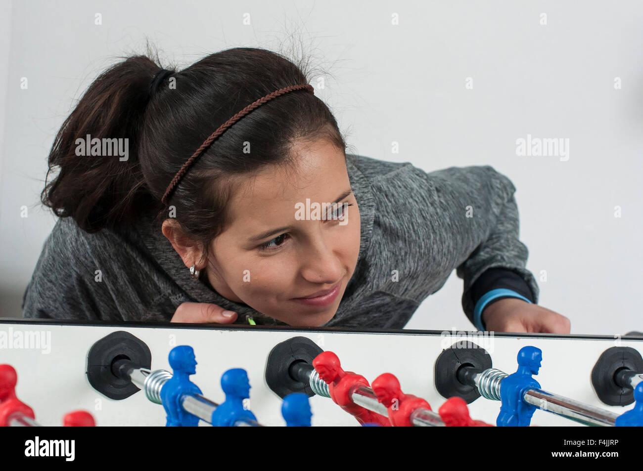 Una giovane ragazza che gioca il calcio balilla o di football soccer. Immagini Stock