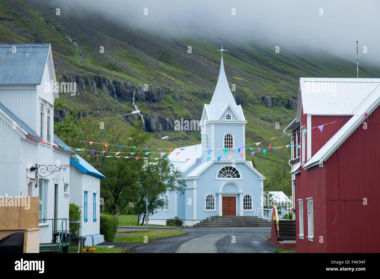 Chiesa tradizionale nel villaggio di Seyðisfjörður Affitto, Austurland, Islanda. Immagini Stock