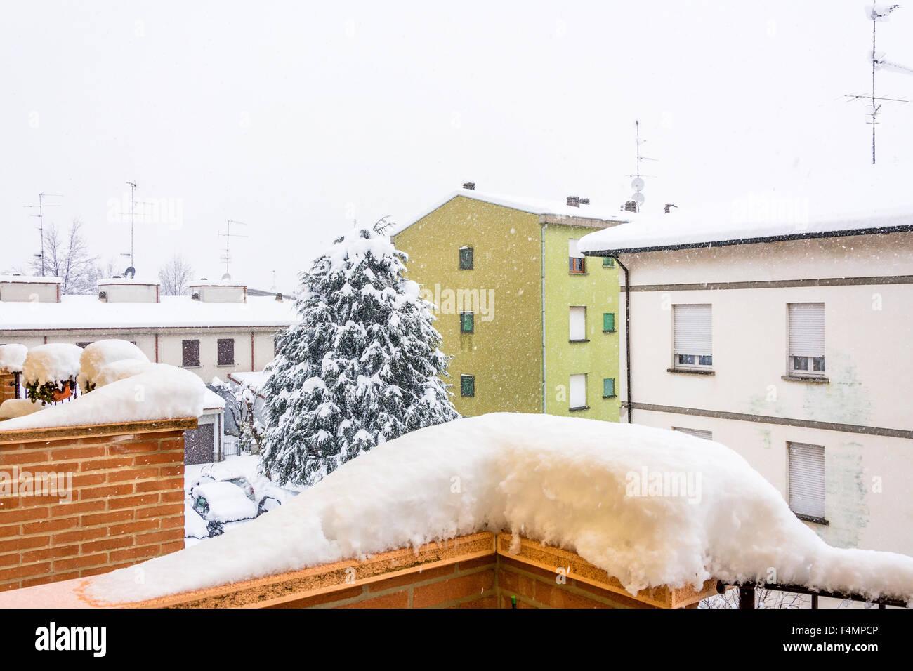Urban scape durante una intensa nevicata a Cavriago, Italia Immagini Stock