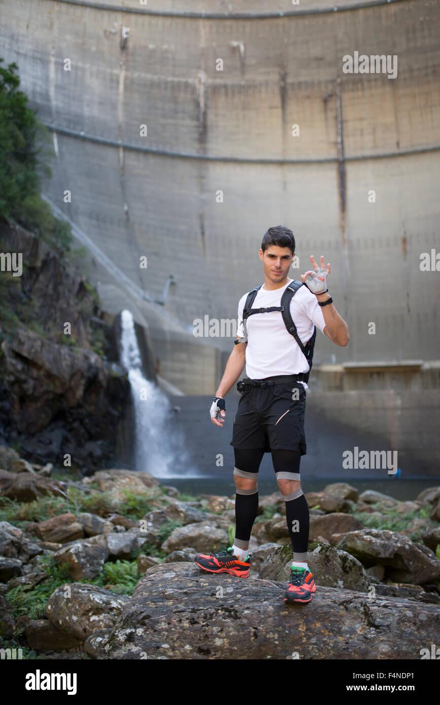 Ultra-trail runner che mostra il simbolo OK Immagini Stock