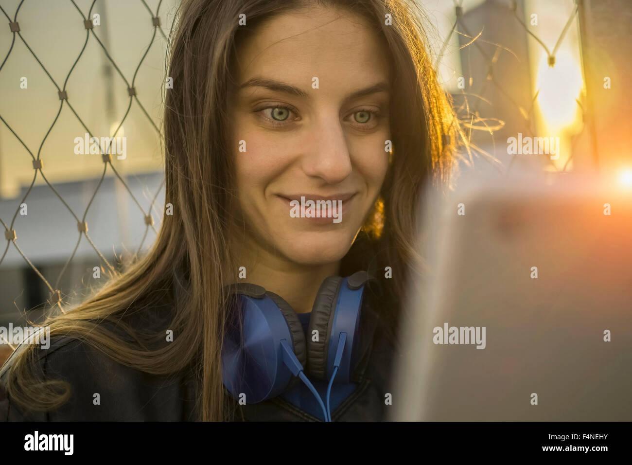 Ritratto di stupito giovane donna guardando il suo smartphone a retroilluminazione Immagini Stock