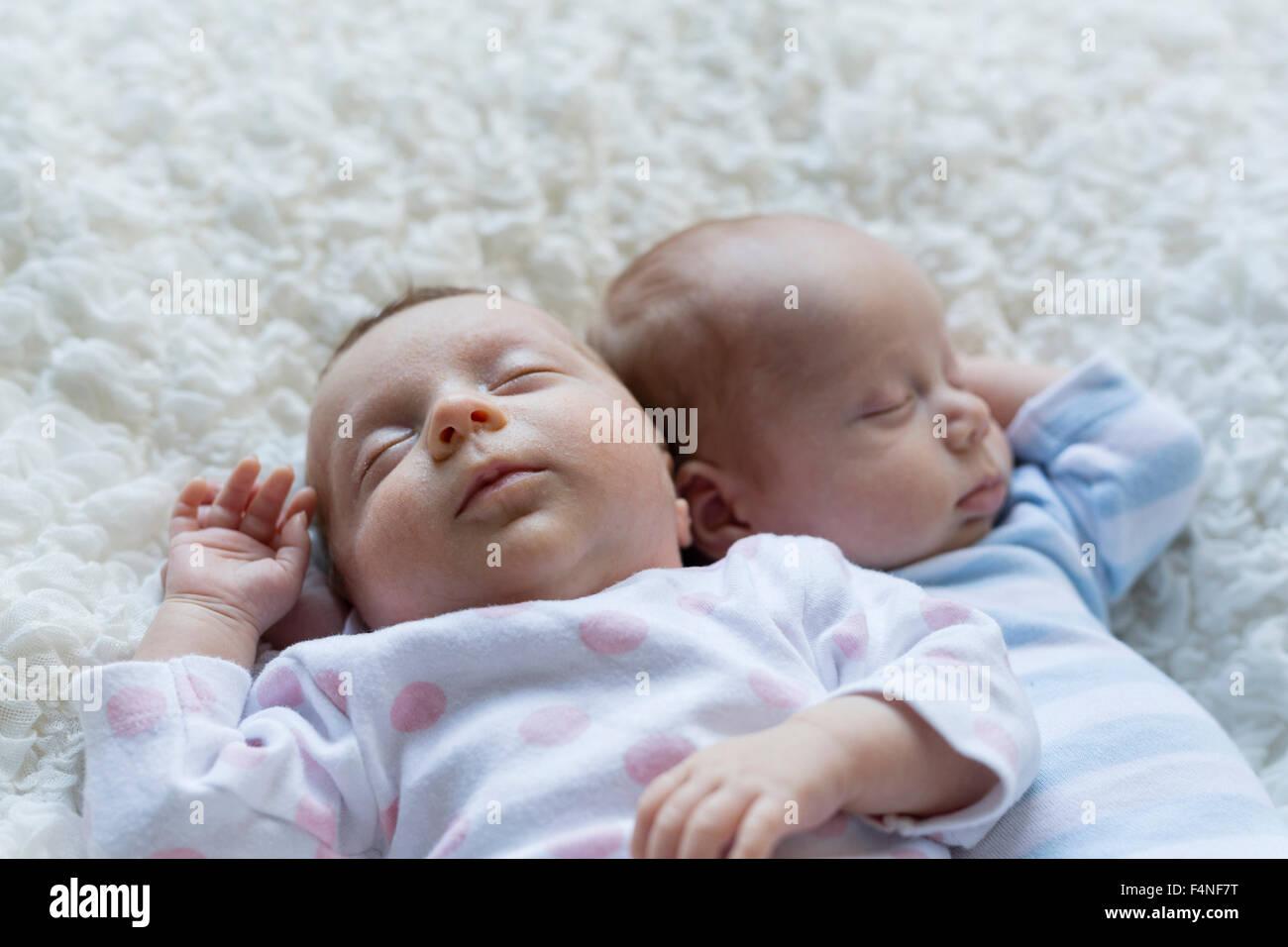 Ritratto di sleeping neonato ragazza distesa oltre il suo fratello gemello Foto Stock