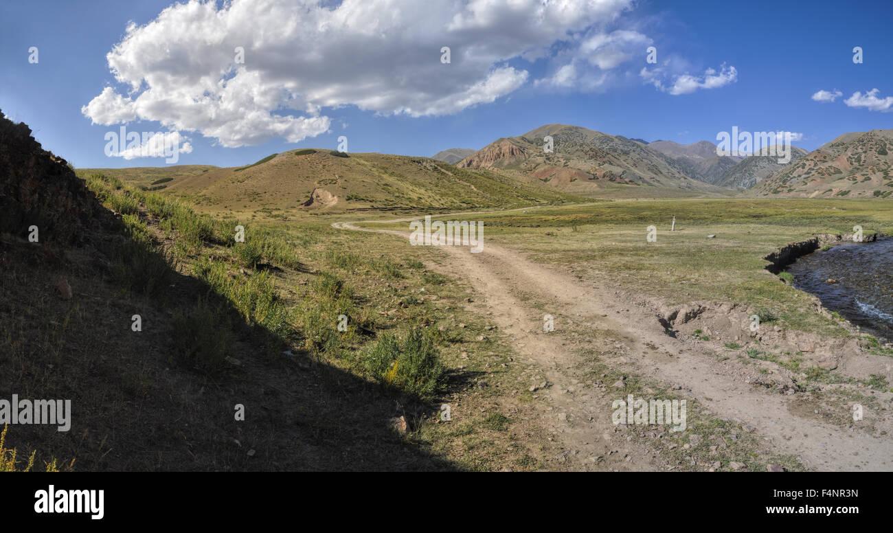 Strada di Ala Archa parco nazionale in Piazza Tian Shan mountain range in Kirghizistan Immagini Stock