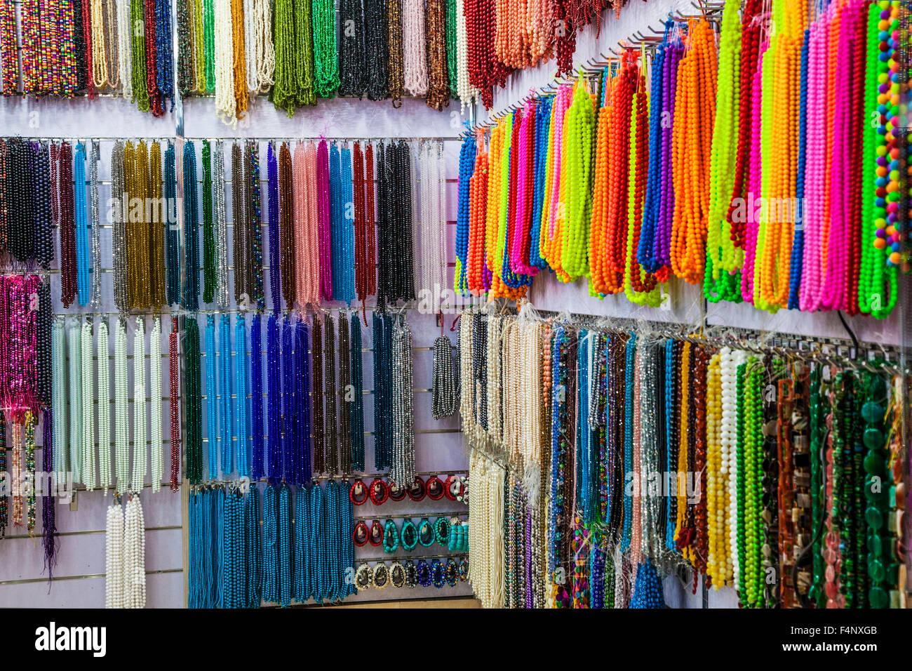 Stringhe di perle in Khan el-Khalili souk al Cairo. Immagini Stock