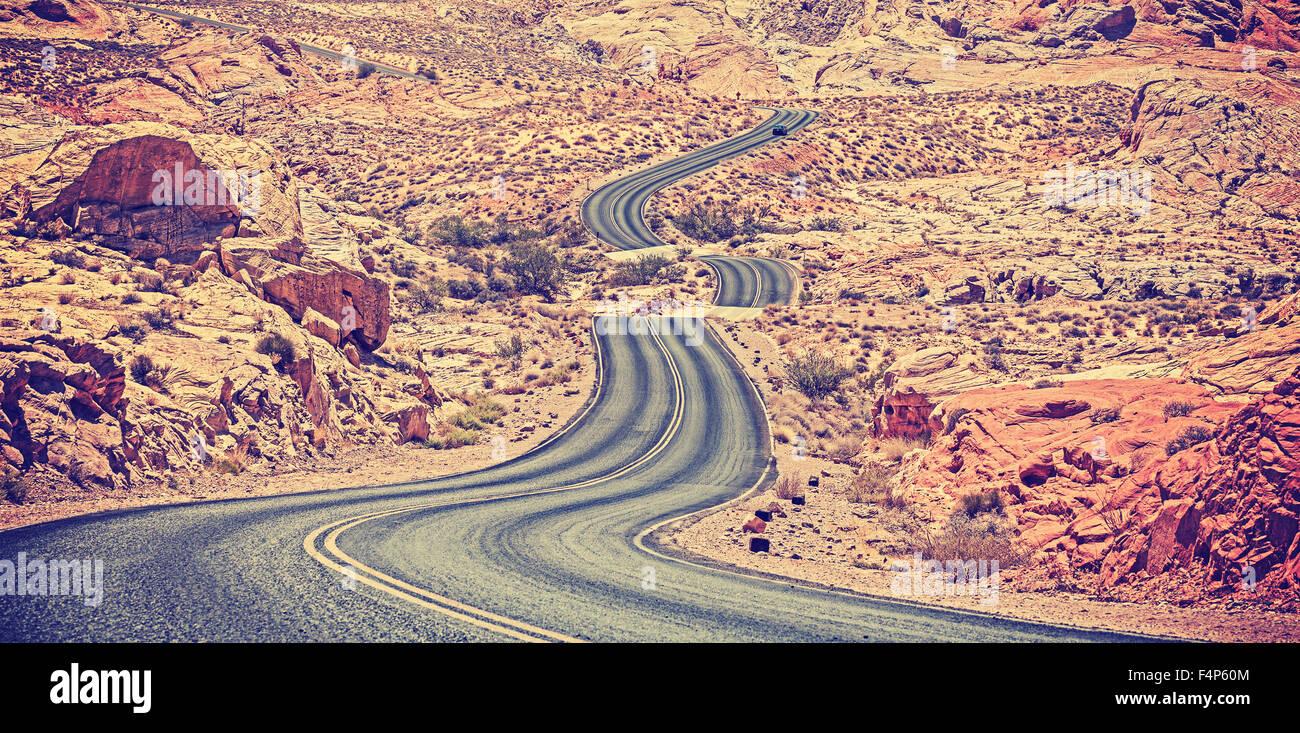 Vintage nei toni del deserto curvo autostrada, travel adventure concept, STATI UNITI D'AMERICA. Immagini Stock