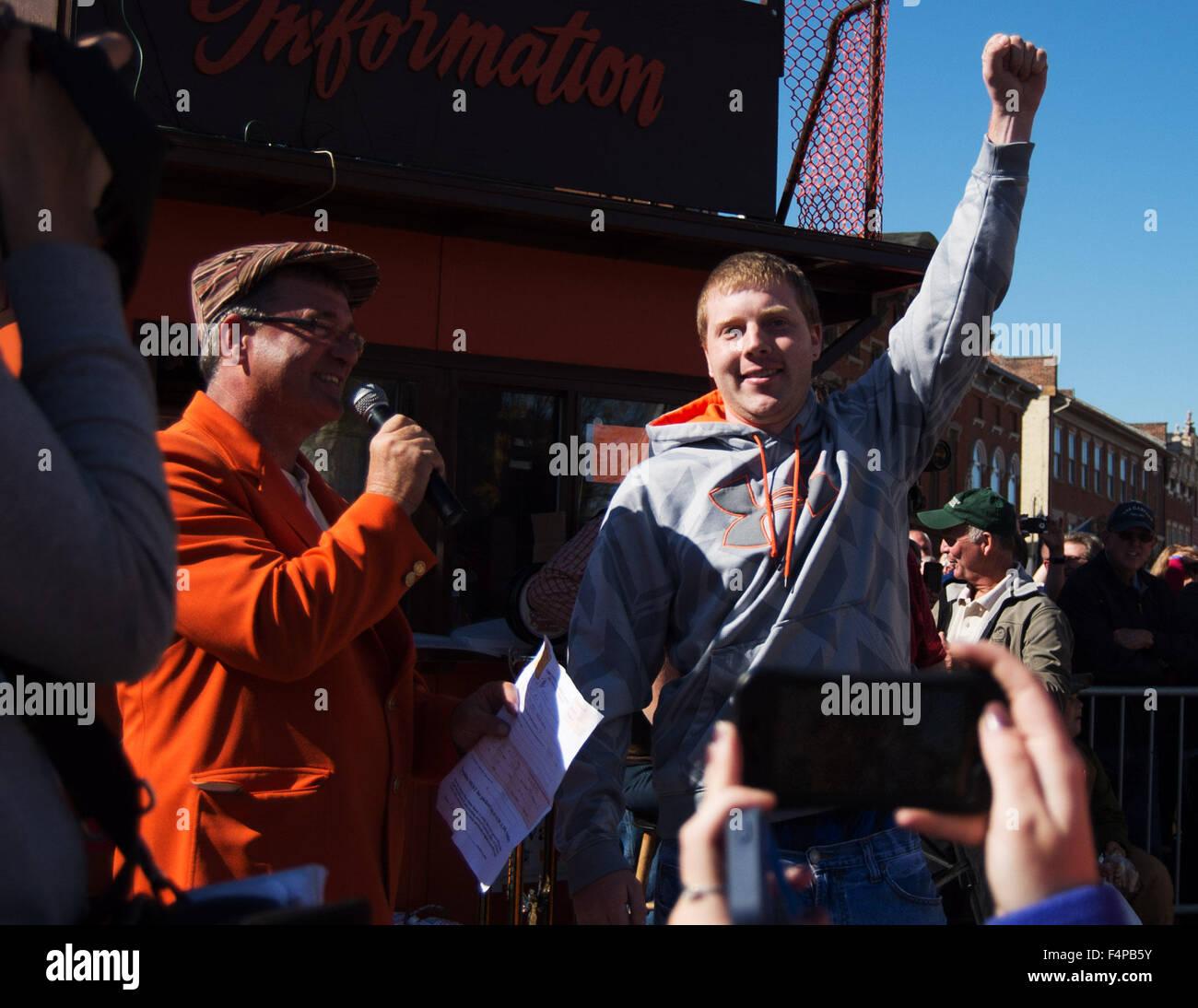 Circleville, Ohio, Stati Uniti d'America. Xxi oct, 2015. Rusty Ortman vince il più grande concorso Pumpking Immagini Stock