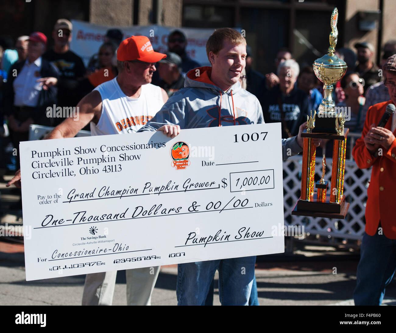 Circleville, Ohio, Stati Uniti d'America. Xxi oct, 2015. Rusty Ortman visualizza il suo primo posto del trofeo Immagini Stock