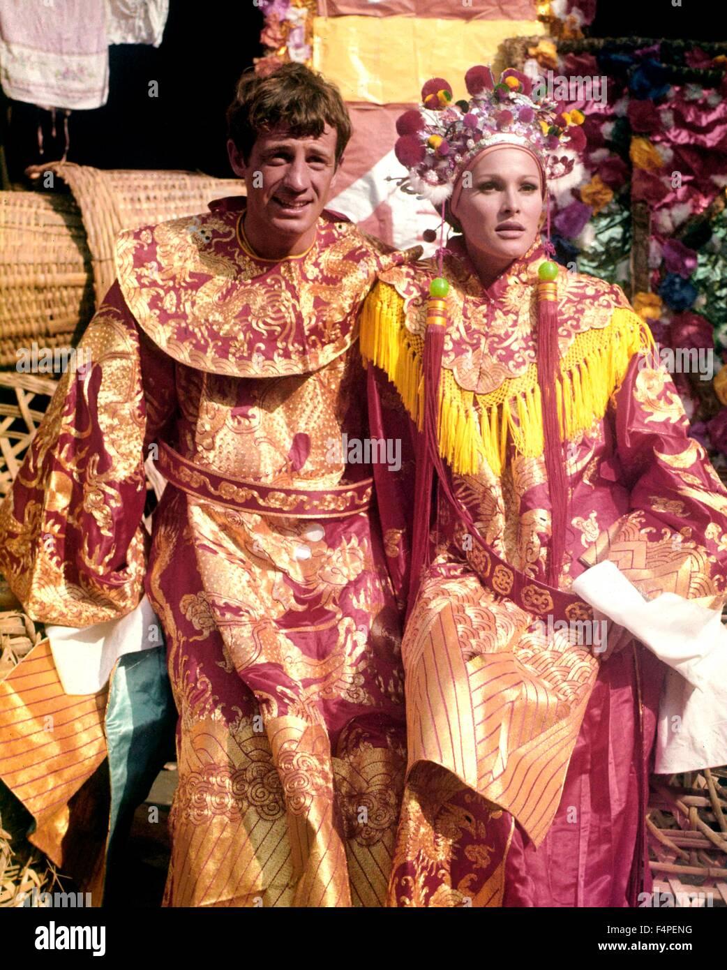 Jean-Paul Belmondo e Ursula Andress / Les tribolazioni d'onu Chinois en Chine 1965 regia di Philippe de Broca Immagini Stock