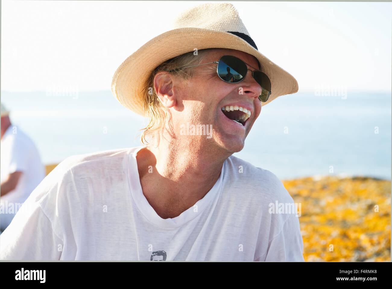 Ritratto di uomo sorridente con occhiali da sole e cappello di paglia 9d82d9c6db51