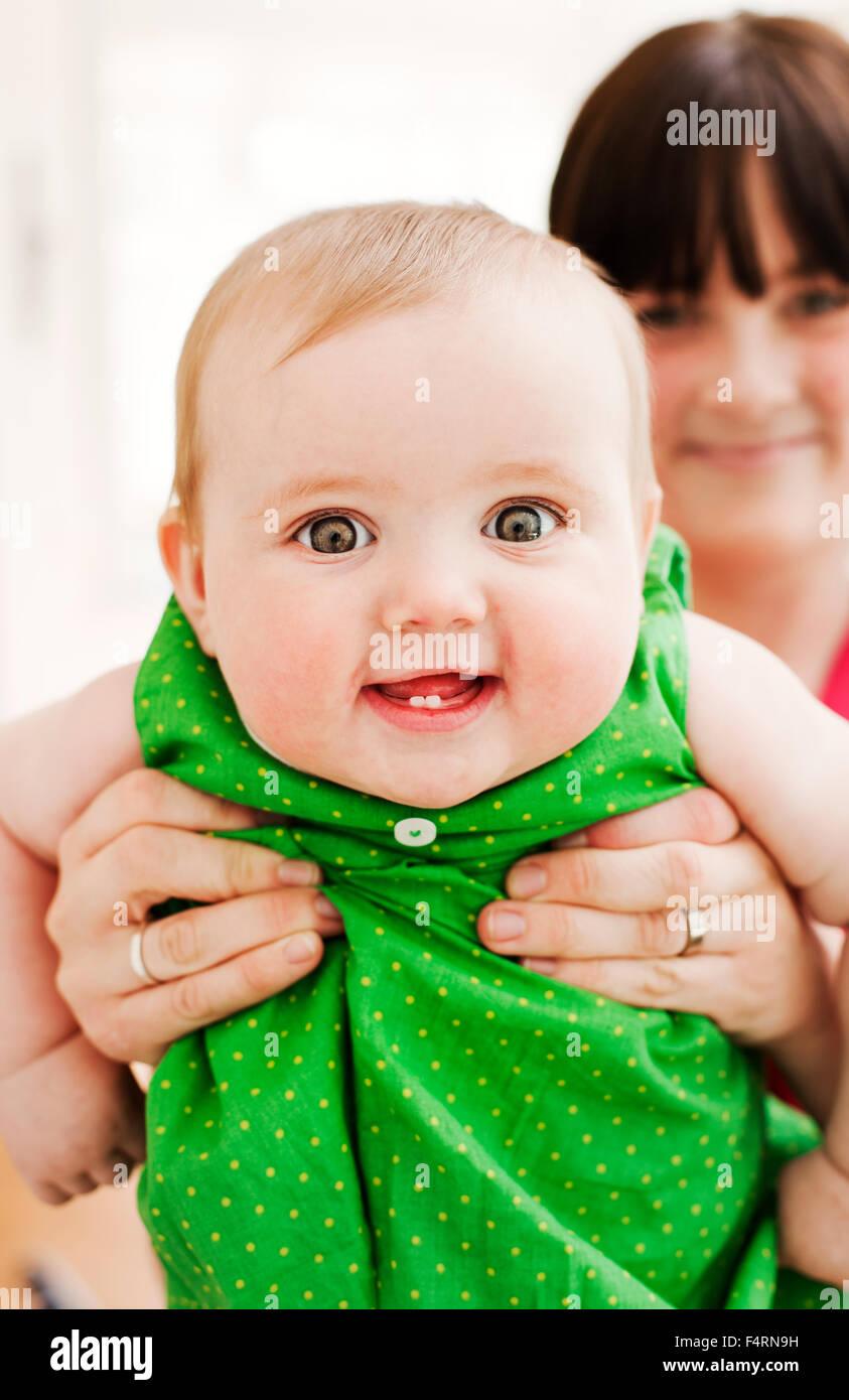 La madre mostra il suo Baby girl (18-23 mesi) Immagini Stock