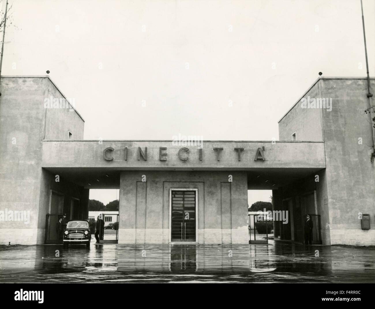 L 39 ingresso agli studi di cinecitt roma italia foto for Elenco studi di architettura roma