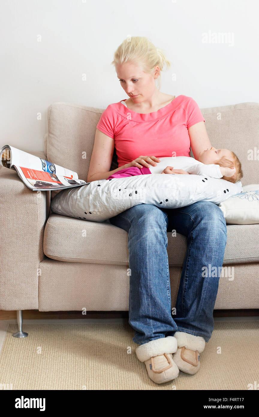 La Svezia, Vastra Gotaland, Göteborg, madre e figlia del sonno (12-17 mesi) Immagini Stock
