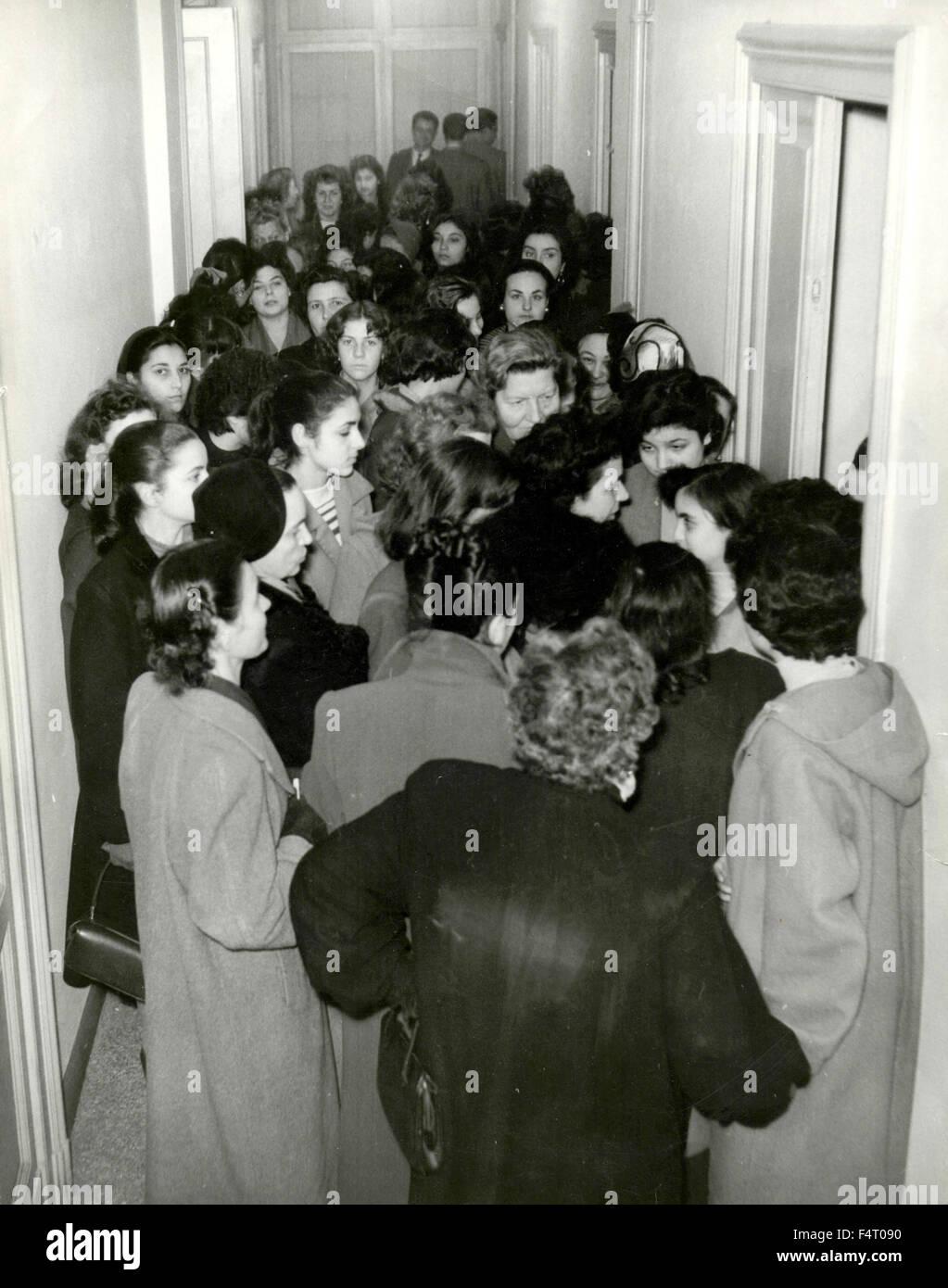 Fila nel corridoio per i provini degli extra (generic) ad Athena Film, Italia Immagini Stock