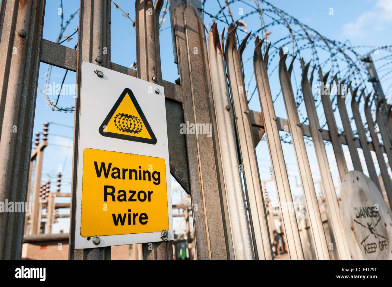 Segnale di avviso in un recinto di una rete elettrica di alimentazione spia di sottostazione dell'esistenza Immagini Stock