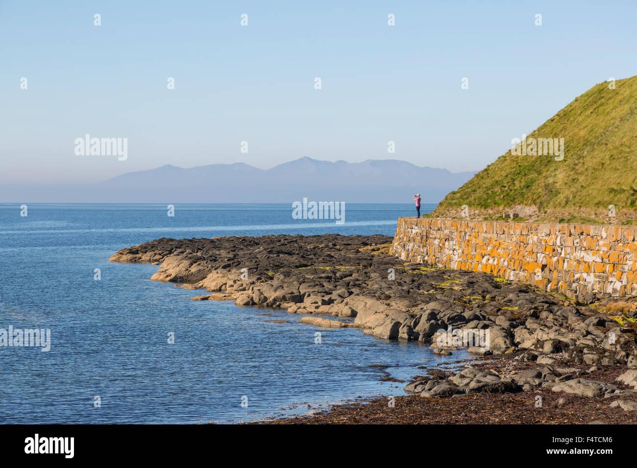 Camminando lungo il percorso costiero dell'Ayrshire, Troon, Scozia, Regno Unito Foto Stock