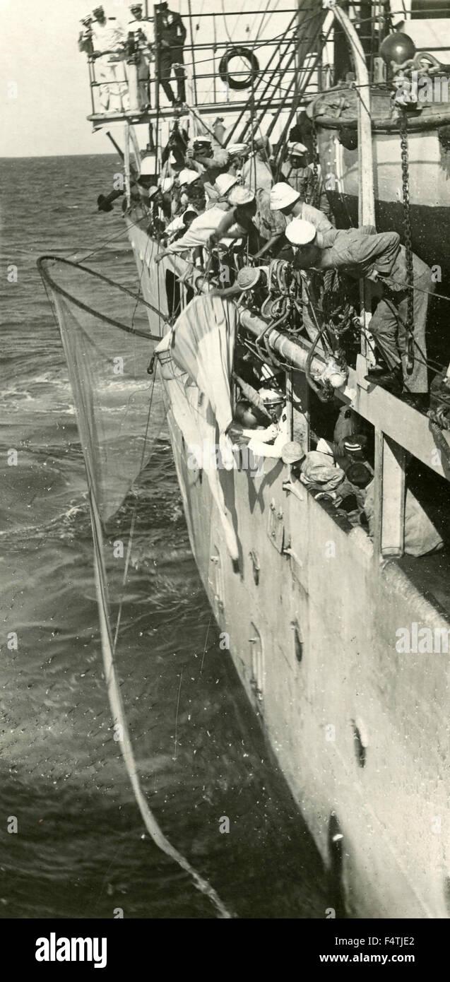 Un gruppo di marinai di recuperare un oggetto da una nave Immagini Stock